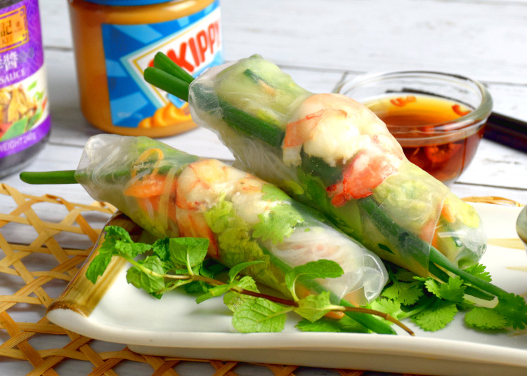 Rice rolls with Vietnamese dipping sauce