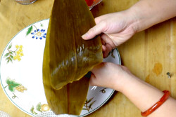 wrap zongzi with two leaves