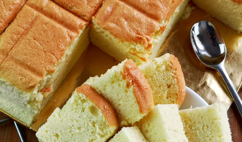 Japanese sponge cake is bouncy like a piece of sponge, with the soft and delicate texture resemble cotton when you tear it open. This articles will show you every detail of how to make Japanese cotton sponge cake. (with video).
