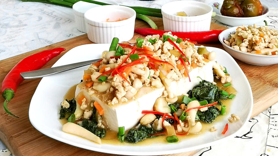 Chinese tofu recipe with mushroom and meat sauce