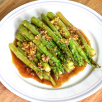 Sauteed asparagus with garlic