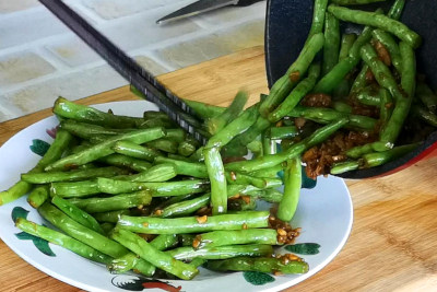 Sauteed green bean - dish out and serve