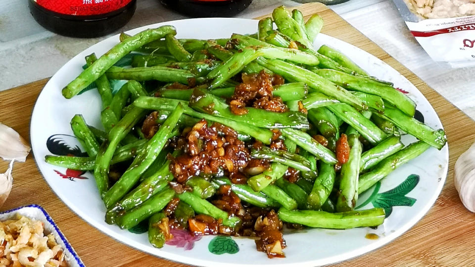 Sauteed green bean with garlic and dried shrimp