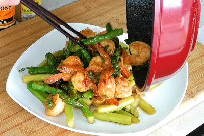 shrimp and asparagu stir fry plating