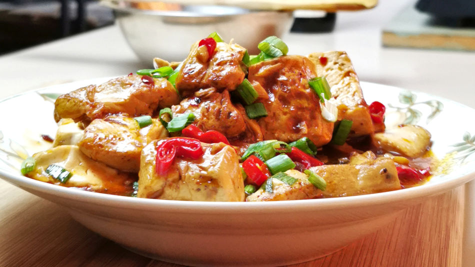 This red-cooked tofu (红烧豆腐, Hongshao tofu) is the best tofu recipe that can change your mind if you think it is tasteless.