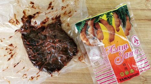 Tamarind is the main ingredient to make sambal prawn.
